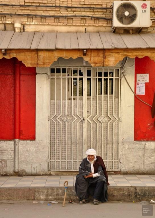 vieil homme assis - Tozeur - Tunisie, de la mer au désert - Afrique, Tunisie