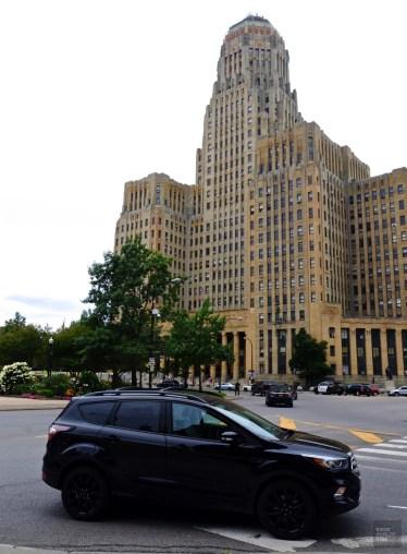 Ford Escape devant le City Hall de Buffalo - Allez plus loin - Road trip en Ontario - Amérique du Nord, Canada