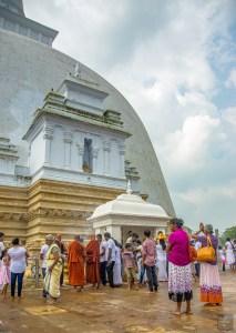 moines prient stupa - vieilles cites, temples et monasteres - Sri Lanka, au cœur de l ile - Asie, Sri Lanka