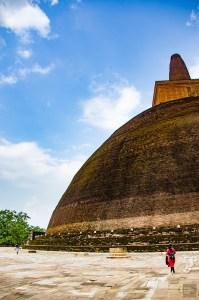 pelerin devant stupa - vieilles cites, temples et monasteres - Sri Lanka, au cœur de l ile - Asie, Sri Lanka