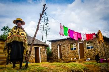 femme corde a linge hutte - Randonnee equestre au Lesotho - Afrique, Lesotho