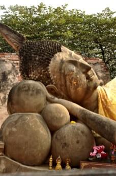 Les bouddhistes collent des feuilles d'or sur le visage de Bouddha pour attirer la chance - Et quoi d'autre? - Le parc historique d'Ayutthaya - Destination, Asie, Thaïlande