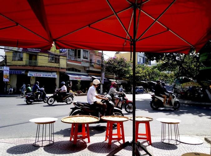 Assis sur la terrasse - Chin's Kitchen - 12 Restos Coups de Coeur à DaNang - Destination, Asie, Vietnam, Restos