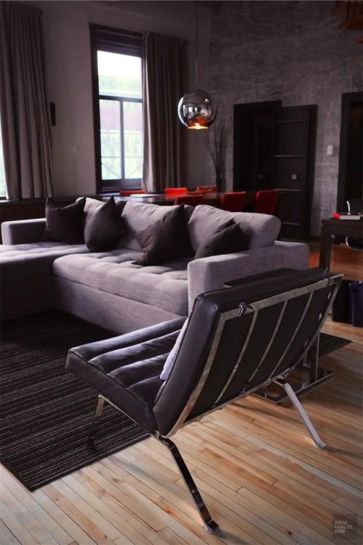 Chaise grise dans la suite - Les chambres et suites - L'hôtel 71 dans le Vieux-Québec - Québec, Canada