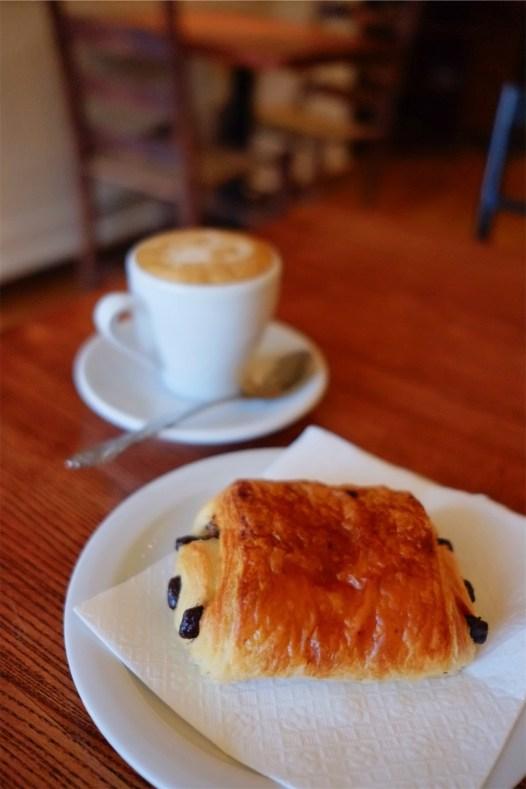 Chocolatine et café - Boulangerie au Pain Gamin - Un épicurien à Rivière-du-Loup - Amérique du Nord, Canada, Québec, Bas St-Laurent