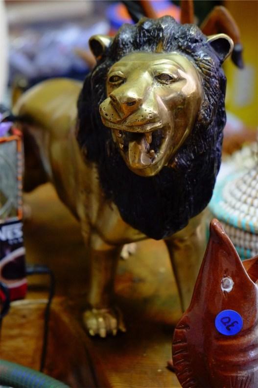 Un lion sculpté - Boutique africaine Chez Papa Noël - Un épicurien à Rivière-du-Loup - Amérique du Nord, Canada, Québec, Bas St-Laurent