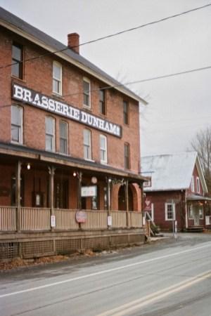 Brasserie Dunham - Camping hivernal - Vivre la VanLife quatre saisons - Amérique du Nord, Canada, Québec, Cantons-de-l'Est, Charlevoix, À faire, Roadtrip