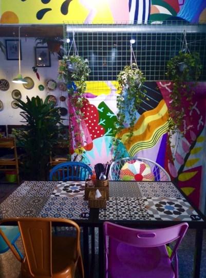 Tables colorées - ANs Vegetarian Cuisine - Les meilleurs restaurants végétariens - Vietnam, Asie