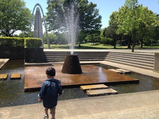 噴水の前の長男
