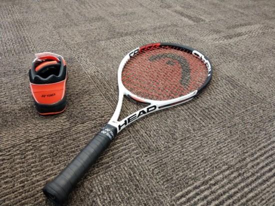 テニスラケットとシューズの画像