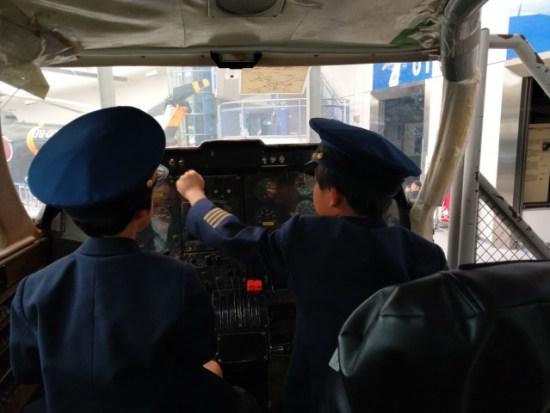 パイロットの制服を着た子供たち