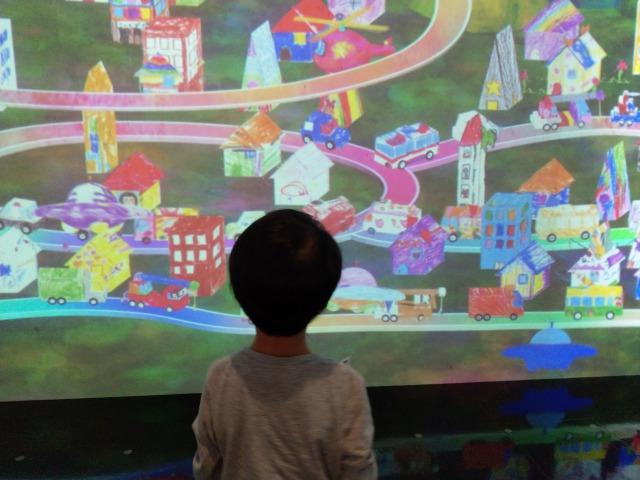 チームラボ学ぶ!未来の遊園地が楽しい。自分で描いた絵が動く