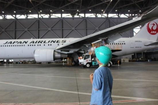 JALの工場見学の子供