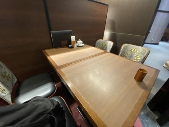 倉式珈琲店のテーブル