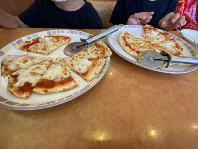 食事はいつも次男中心。マルゲリータピザが大好き