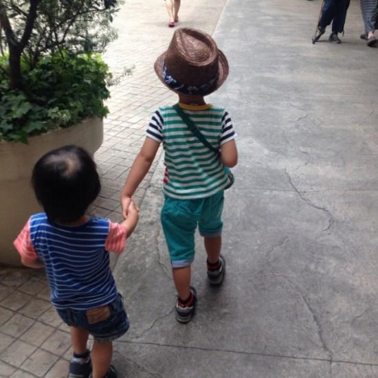 手を繋ぐ子供たち