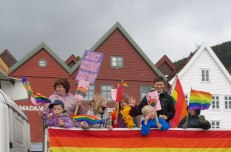 4. Содомитите в норвежкия град Берген направиха детски гей-парад с цел пропаганда на содомията сред невръстните създания.