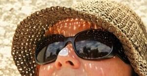Eliminar manchas de acné evitando el sol