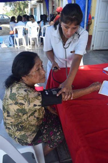 Enfermera y médico atienden a ciudadana de Miramar - Alto Moche