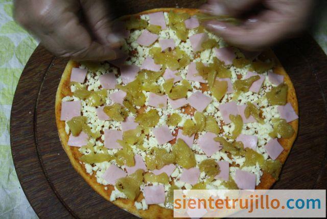 Base artesanal de queso y piña para pizza hawaiana