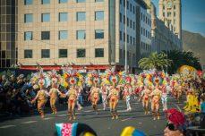 Карнавал на Тенерифе — шествие девушек в карнавальных костюмах