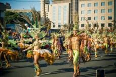 Карнавал на Тенерифе — танцующие участники в ярких костюмах
