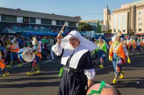 Главное шествие карнавала на Тенерифе в 2016 году — женщина в костюме монашки