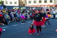 Главное шествие карнавала на Тенерифе в 2016 году — мама с маленьким ребенком участвуют в шествии
