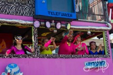 Карнавал на Тенерифе — участники шествия в машине