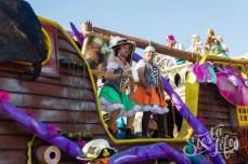 Карнавал на Тенерифе — участники шествия на пиратском корабле