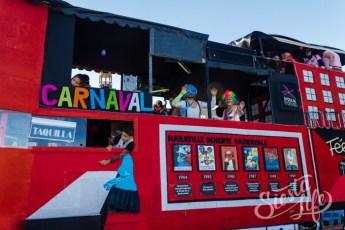 Карнавал на Тенерифе — участники шествия передвигаются на украшенной машине