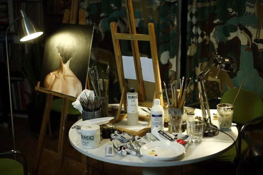 Detalle de la mesa de trabajo de los artistas