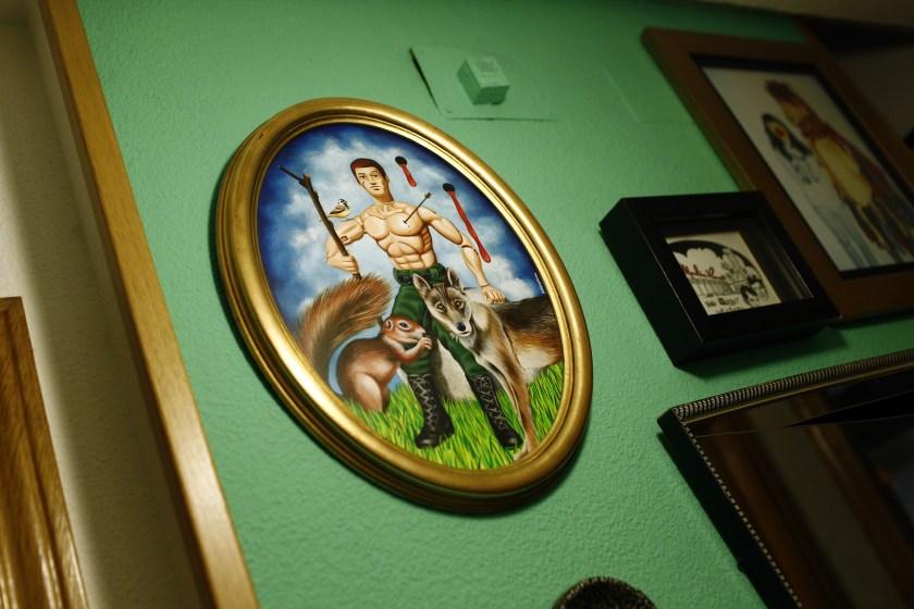 La casa-estudio de este equipo tiene sus paredes tapiadas de obras de arte