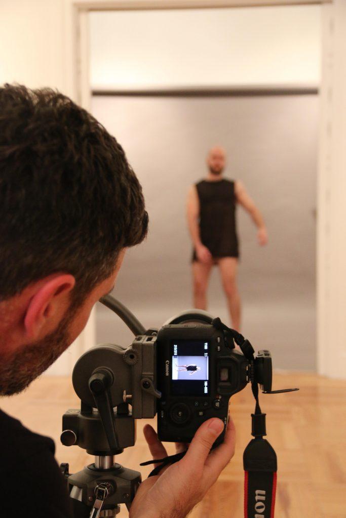 Patricio Cassinoni ajustando la cámara para uno de sus retratos