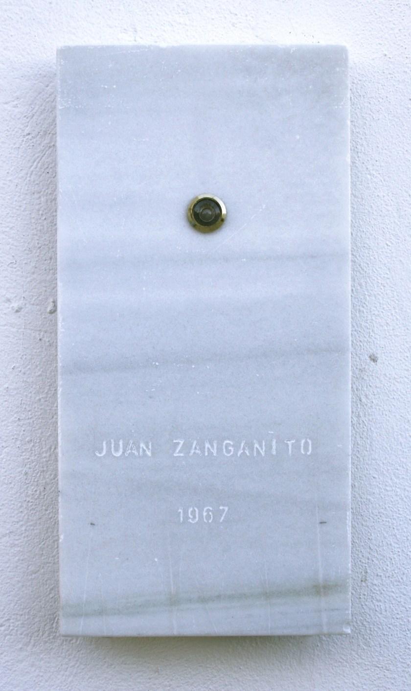 """""""La tumba de Juan Zanganito"""". Mármol blanco tallado con mirilla"""