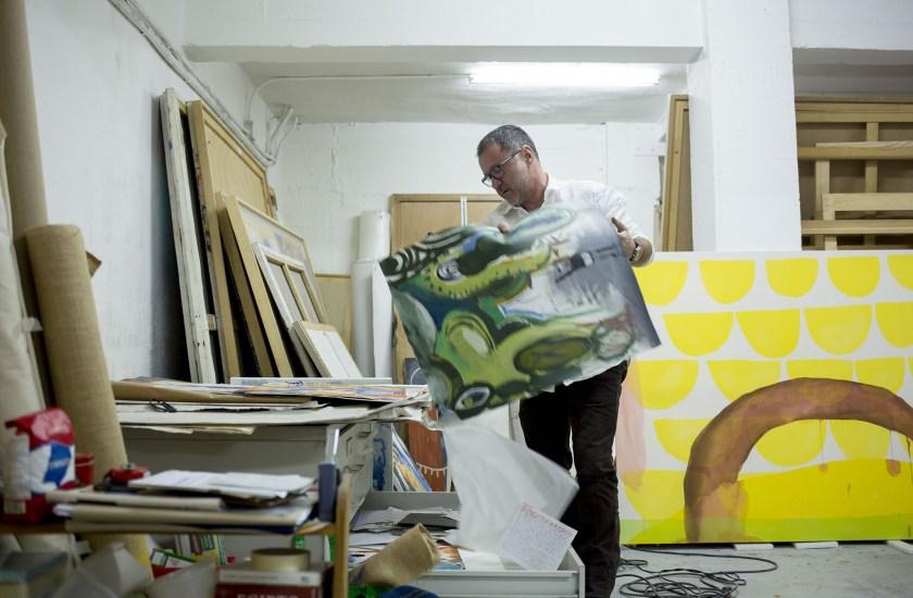 El pintor mueve algunas obras de su estudio
