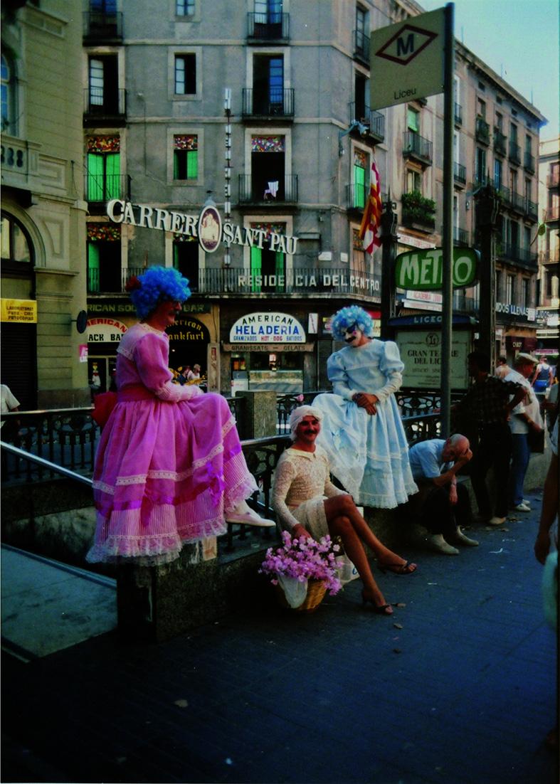 Nazario, junto a otros personajes de la Barcelona underground de los setenta, en las Ramblas