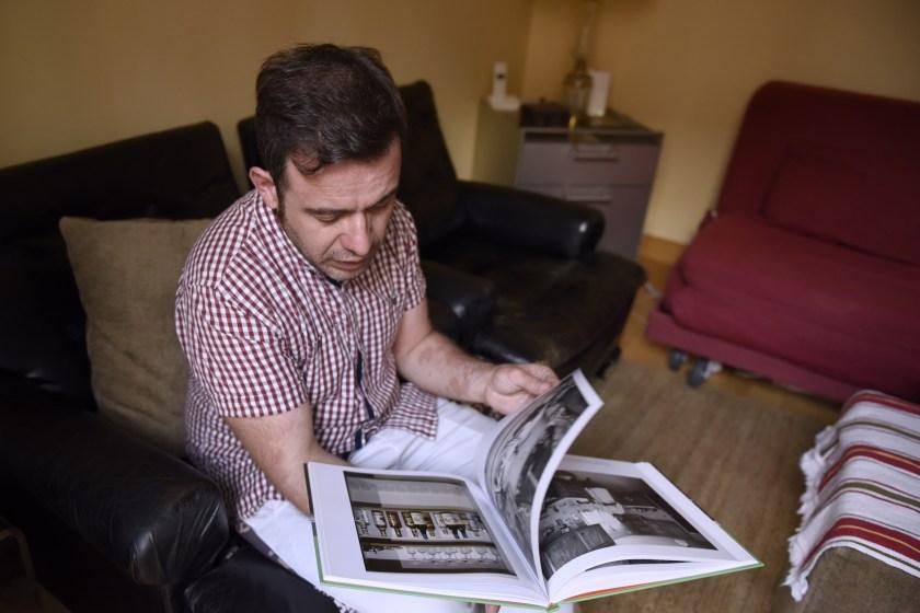 El fotógrafo repasa algunos de sus libros de artista