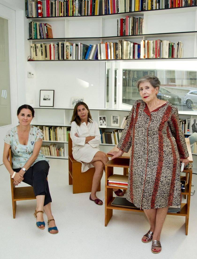 Elvira González (a la derecha) con sus dos hijas, Isabel y Elvira