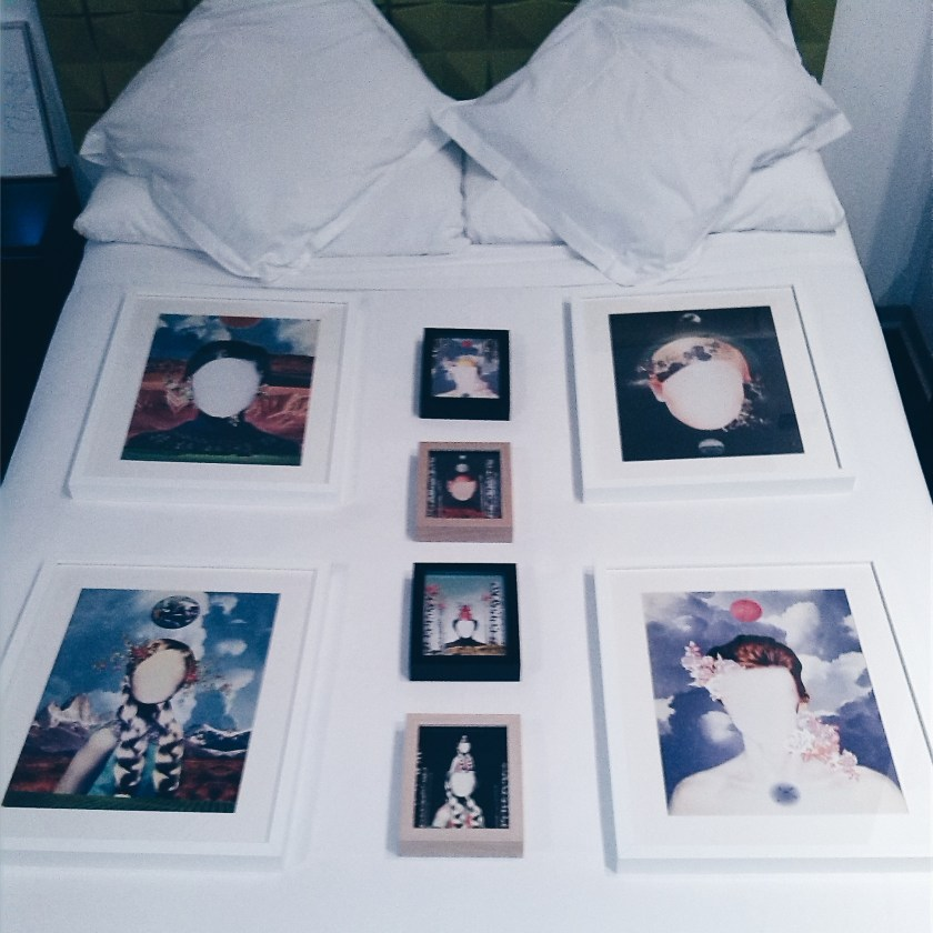 "Detalle del montaje de ""Room 103"" en Room Art Fair"
