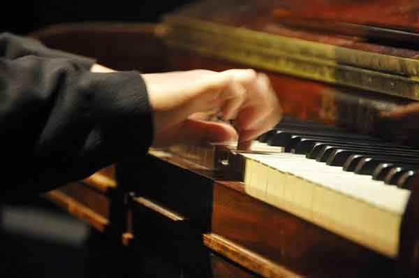 photo de mains sur un piano