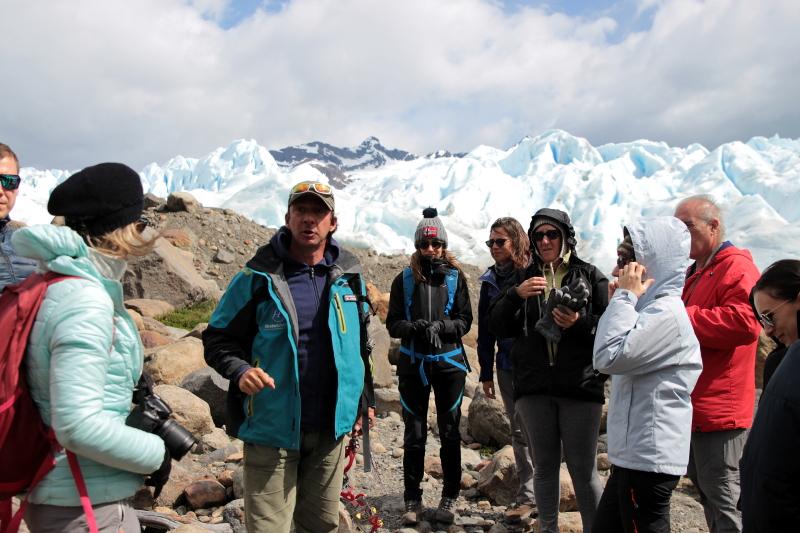 Siga na Viagem - Minitrekking sobre o Glaciar Perito Moreno - Guia prestando as orientações antes de iniciar o trekking