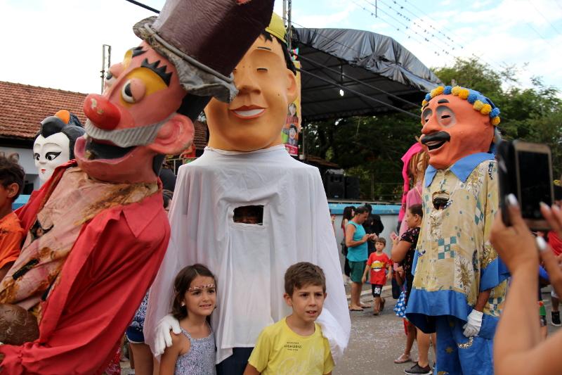 Siga na Viagem - I Encontro dos Bonecos Gigantes - Crianças posando com bonecos
