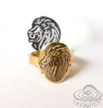 Ring nach Kundenwunsch mit Löwenkopf aus Altgold mit Brillant von Hand gefertigt. (leichte Tragespuren)