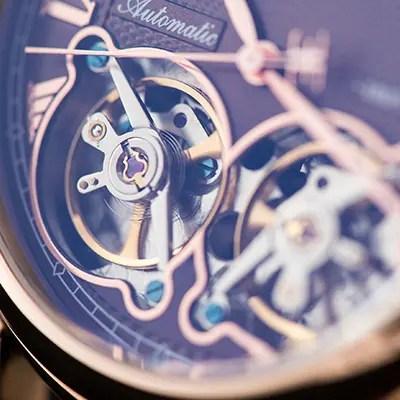 Photographie d'un cadre de montre de luxe avec léger flou artistique