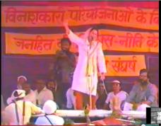 """Shabana Azmi sings """"Sari Duniya Mangenge!"""" at Harsud Rally"""