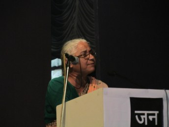 Medha Patkar speaks at the NAPM convention.