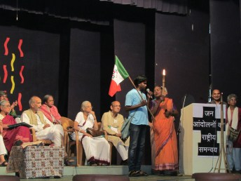 Delegates from Tamil Nadu express solidarity at the NAPM convention.