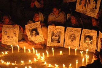 Candlelight Vigil for Victims of Bhopal Gas Disaster (Photo: Bhopal.net)