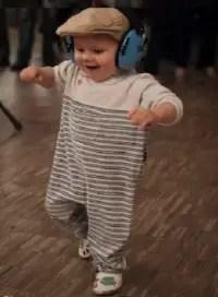 que-significa-sonar-con-bebe-bailando-feliz